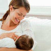 Las mejores posturas para amamantar a un bebé