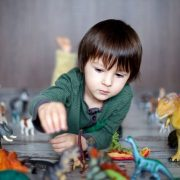 """Estudio señala que """"obsesionarse"""" con los dinosaurios potencia la inteligencia infantil"""