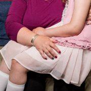 Madre británica es criticada por dar de amamantar a su hija de nueve años