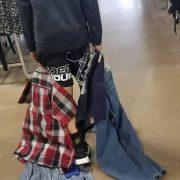 Niño se burlaba de otros por no vestir ropa de marca. La lección de su madre es ejemplar