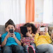 Por qué deberías de darle a tus hijos un instrumento musical y no otro smartphone