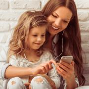 Estudio afirma que escuchar a tu madre por teléfono es como sentir su abrazo