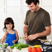 Una manera en que los papás pueden dar el ejemplo para criar hijas independientes