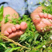 7 beneficios de dejar que tu bebé camine descalzo