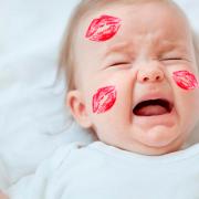 Mamás, no permitan que sus amigos o familiares besen a sus bebés por estas razones